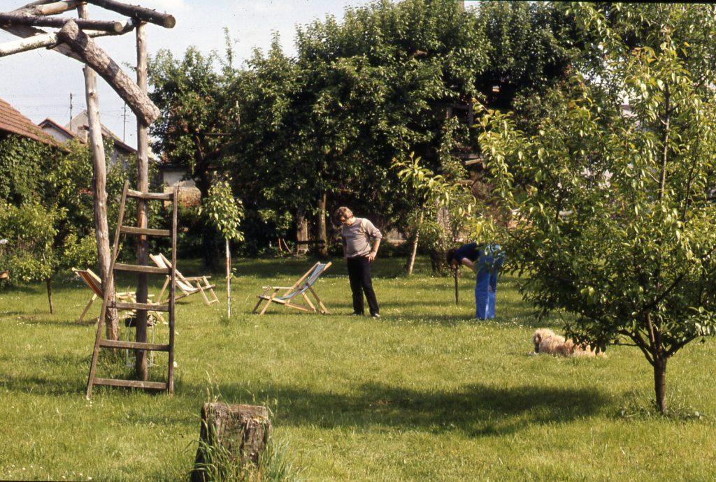 2 persons in the garden. Vegetation intensifies.