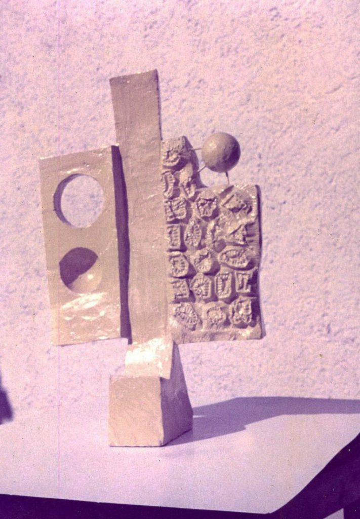 Sculpture model. Cubois forms attached on both sides of an column in shape of letter I.